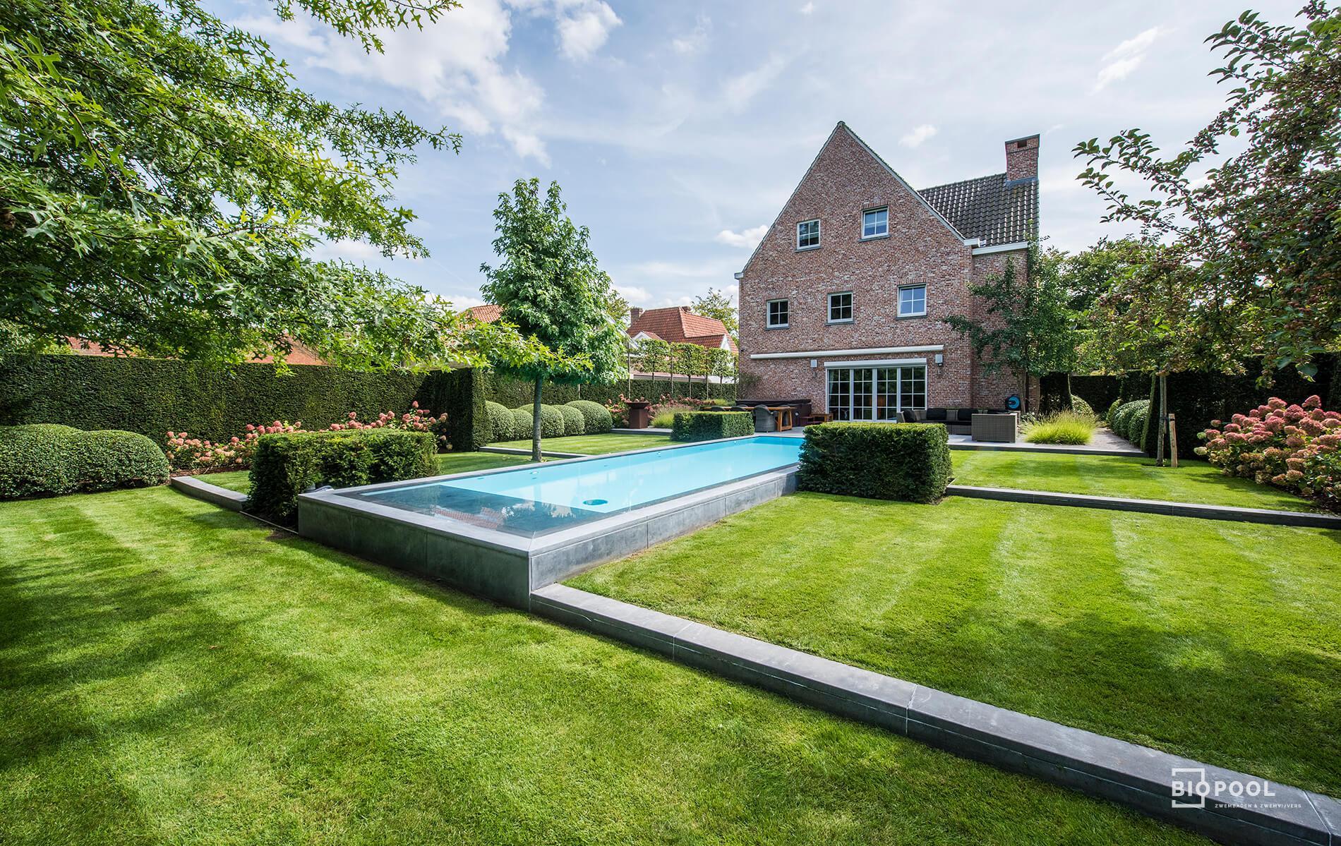 Afbeelding project Bouwkundig zwembad dat verhoogt in de tuin ligt