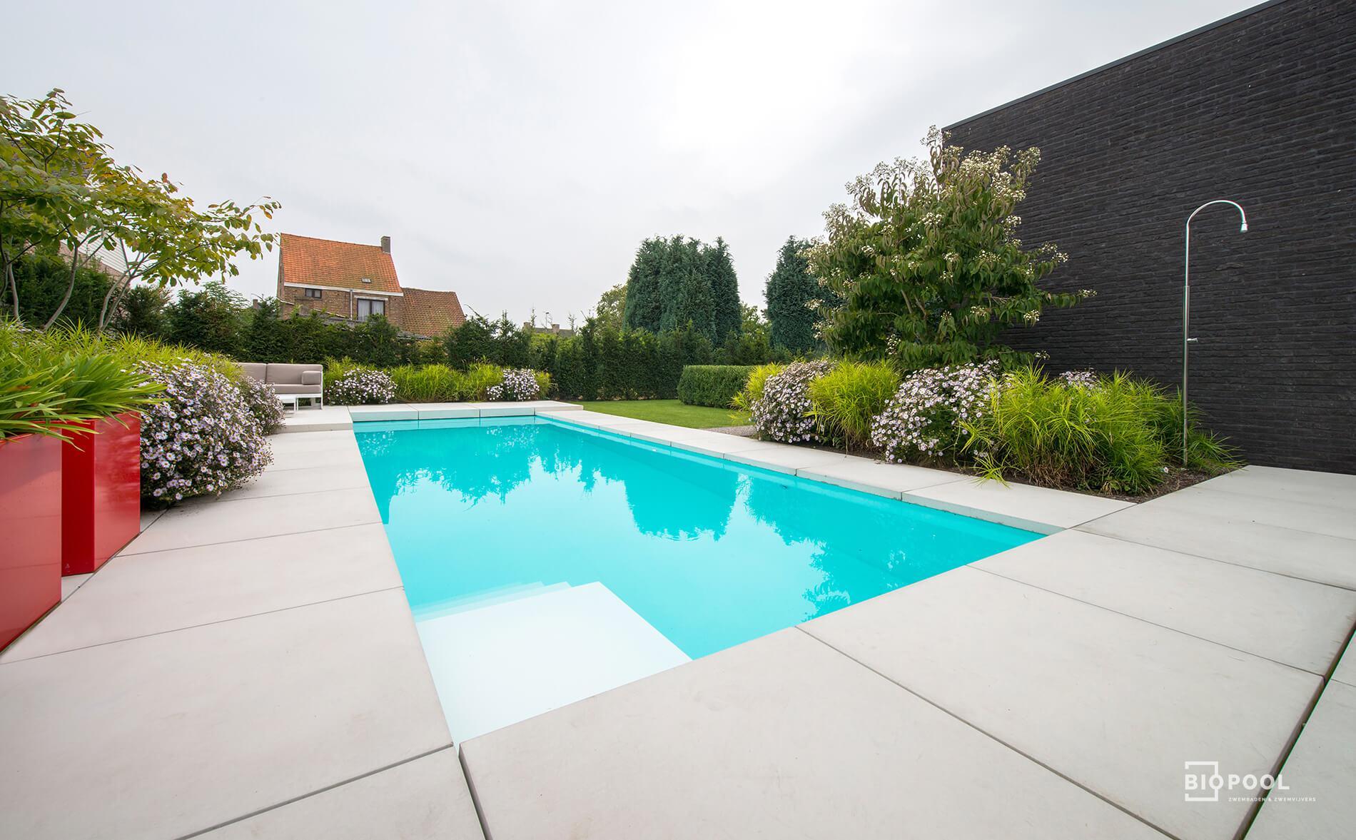 Afbeelding project Onderloop PP zwembad omringd met strakke betontegels